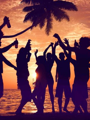 April 25th party: traditions, events and markets on the beach