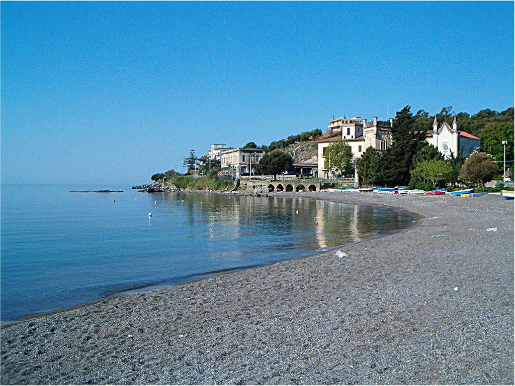 Sapri, mare inquinato. Tuffi vietati sulla spiaggia dei bambini.