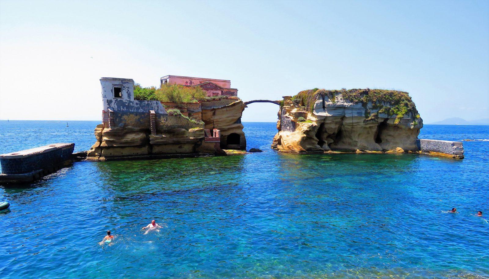 Bagni Rocce Verdi Napoli : Baia delle rocce verdi un bagno nel mare più bello di napoli