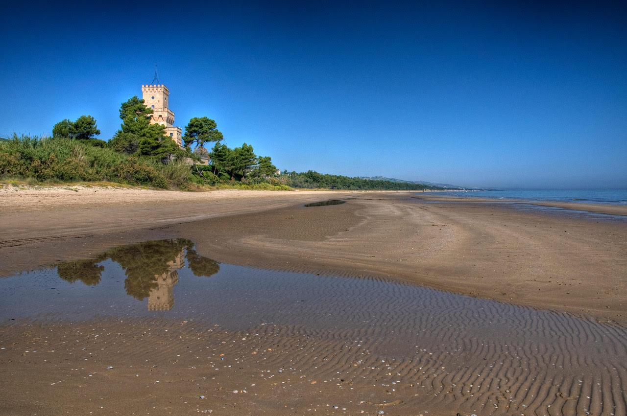 Spiaggia torre del cerrano pineto abruzzo - Torre specchia spiaggia ...