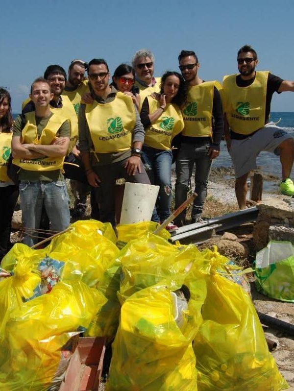 Volontari Legambiente: Pulizia spiaggia Marina di Caleri