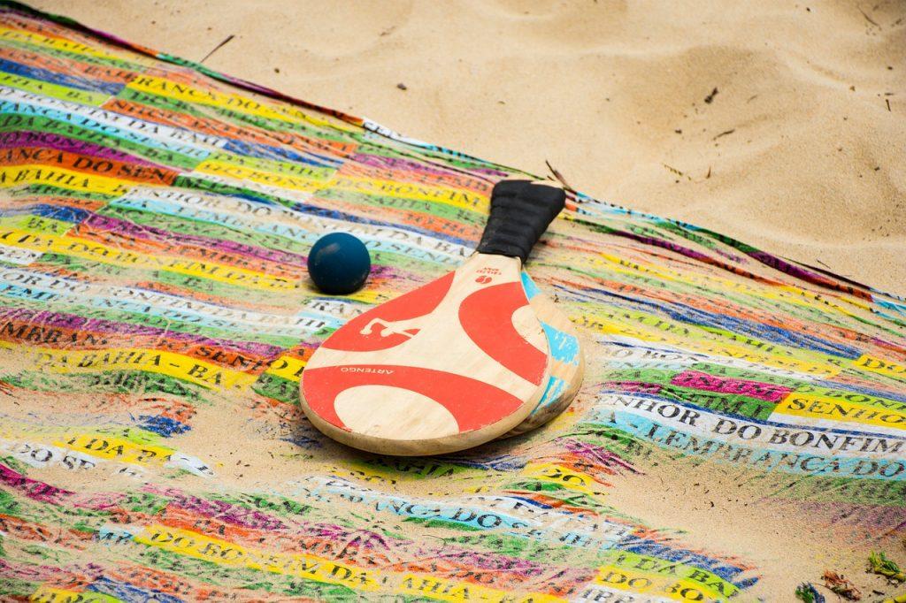 Giocare con le racchette in spiaggia è una buona idea
