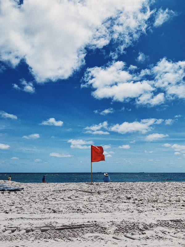 Bandiere di segnalazione in spiaggia: a cosa servono?
