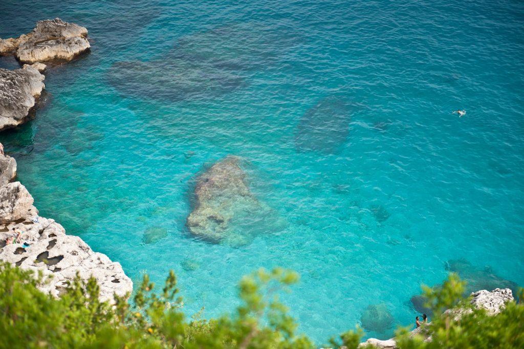 Spiagge con rocce