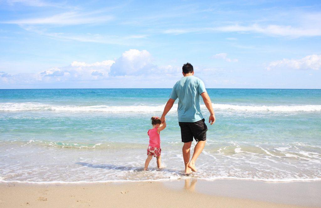 Passeggiare al mare con i bambini