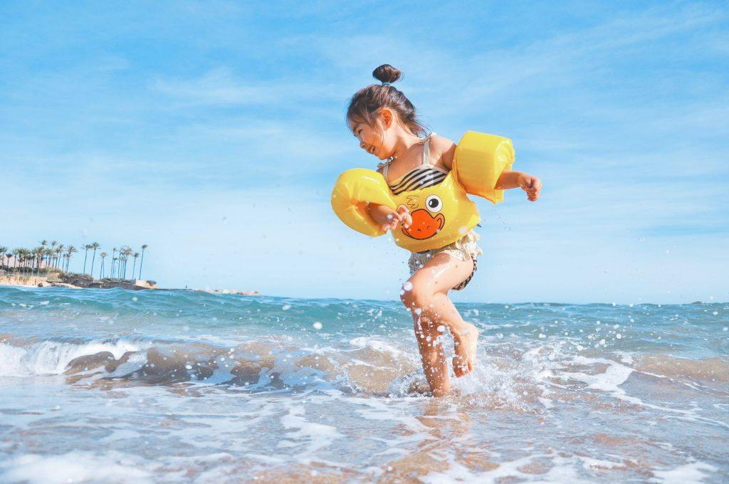 Bambini in spiaggia con fondale basso