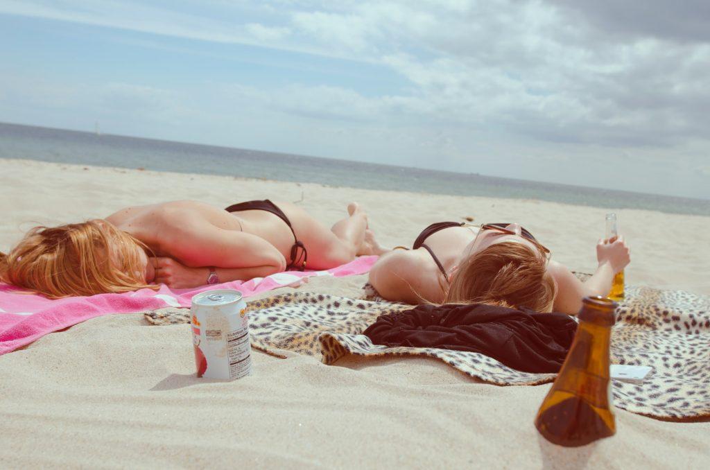 Trucchi per abbronzarsi: distendersi al sole